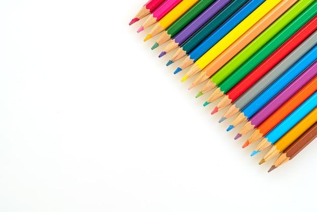 Цветной карандаш на белом фоне с копией пространства