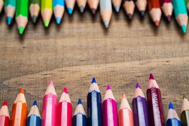 学校のコンセプトに戻るウッドの背景に色鉛筆