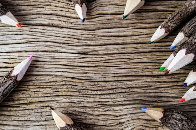 Цветной карандаш на фоне дерева с копией пространства