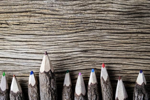 Цветной карандаш на дереве