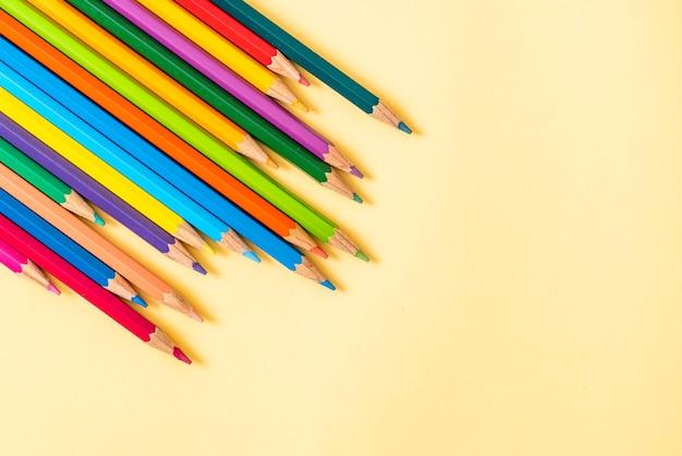 コピースペース付きの黄色の色鉛筆
