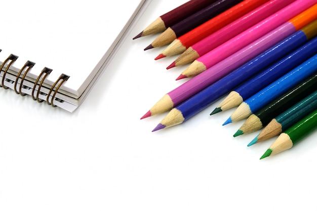 色鉛筆と白い背景の上のノート