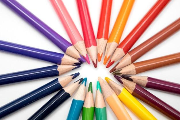 흰색 배경에 휠 색상으로 정렬된 컬러 연필