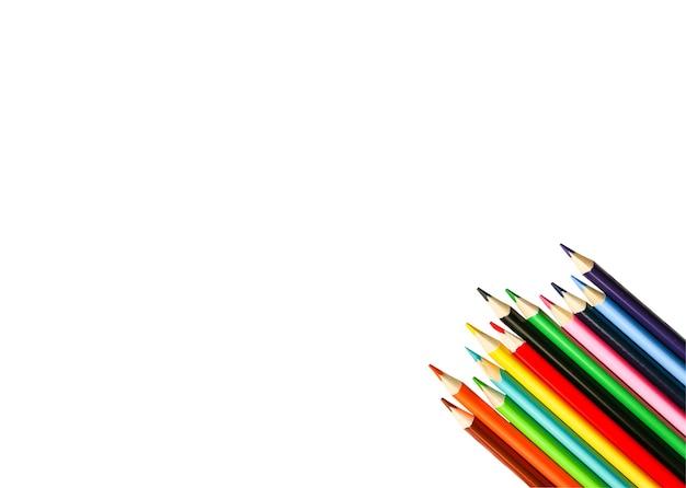白い背景で隔離の色鉛筆。学校のコンセプトに戻ります。カラフルなアートの勉強と絵画のプロセス。鉛筆で描く。