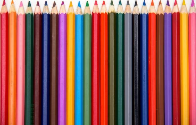 白い背景で隔離の色鉛筆。閉じる。