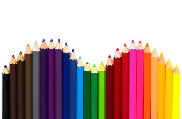 白い表面に分離された色鉛筆
