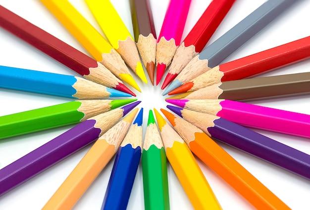 Цветные карандаши, изолированные на белой стене крупным планом