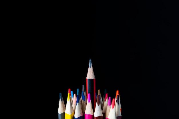 검은 색, 흰색, 필드의 얕은 깊이에 색 연필. 교육 개념, 먼저