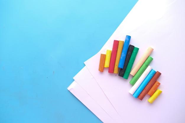 テーブルの上の紙に色鉛筆