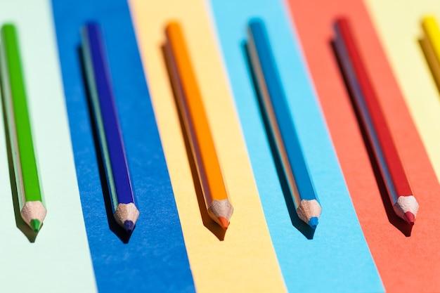 컬러 배경에 색연필입니다. 학교, 배열 개념으로 돌아가기.