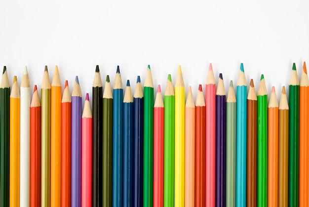 Цветные карандаши на белой поверхности