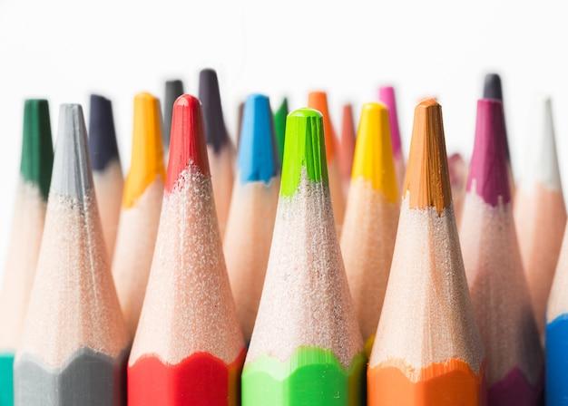 Цветные карандаши на белом фоне. крупным планом. снова в школу концепции.