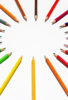 Цветные карандаши на белом фоне с копией пространства для текста