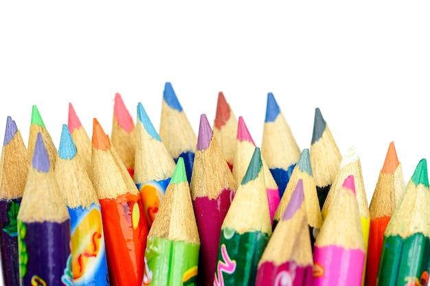 Цветные карандаши на белом фоне