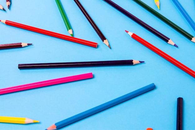 黒の背景にフレーム全体に散在している色鉛筆