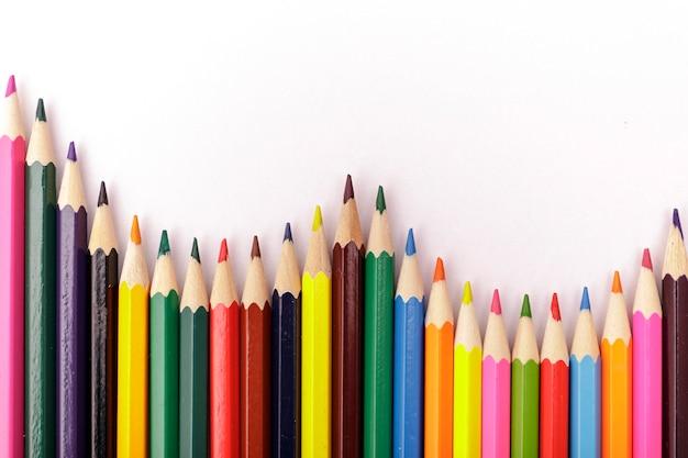 色鉛筆の波。白い背景の色鉛筆。