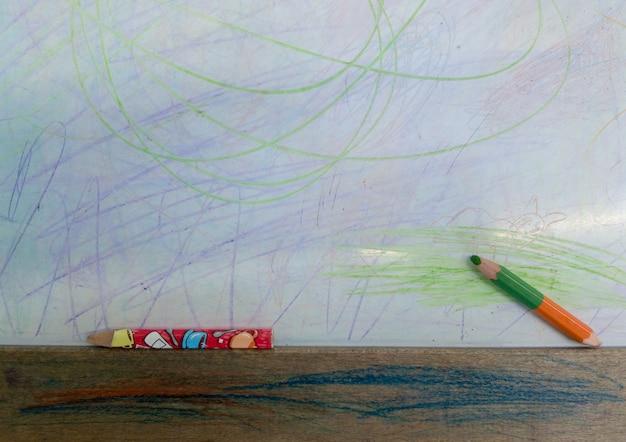 白い背景で隔離の色の線が描かれた色鉛筆。上面図。紙に手描きの落書き塗抹標本。