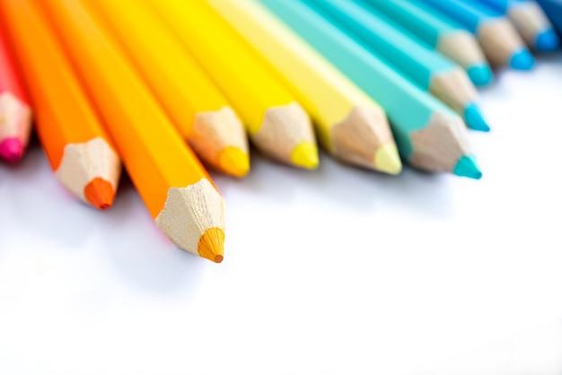 白い色の背景に色の鉛筆、デザイン図面の分離概念として切り抜く