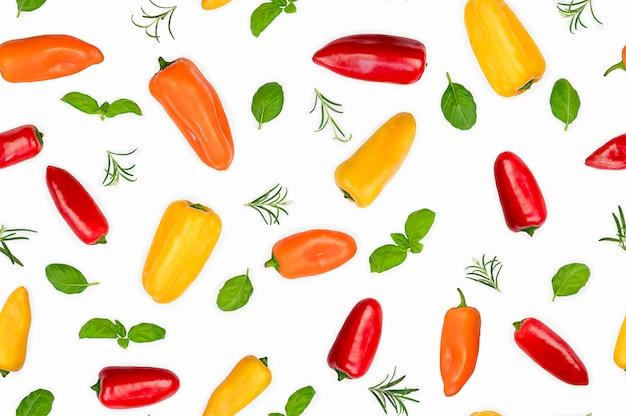 Цветные перцы с базиликом и розмарином, изолированные на белом фоне. еда бесшовные модели. фото высокого качества