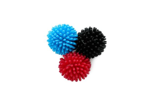Цветные шарики для домашних животных, изолированные на белом фоне