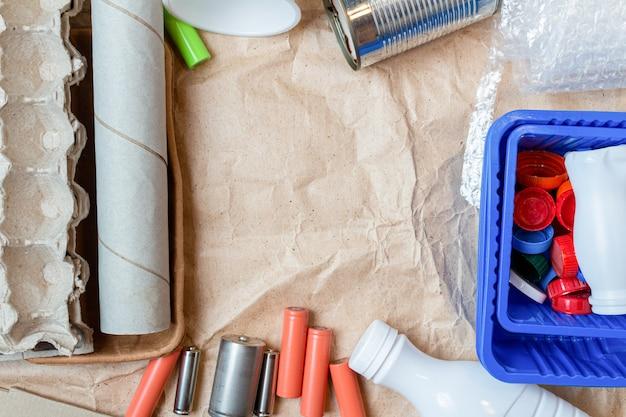 Цветной пластик, металлические банки, картонные отходы