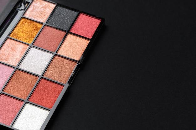 Цветная профессиональная косметическая палитра на темном фоне