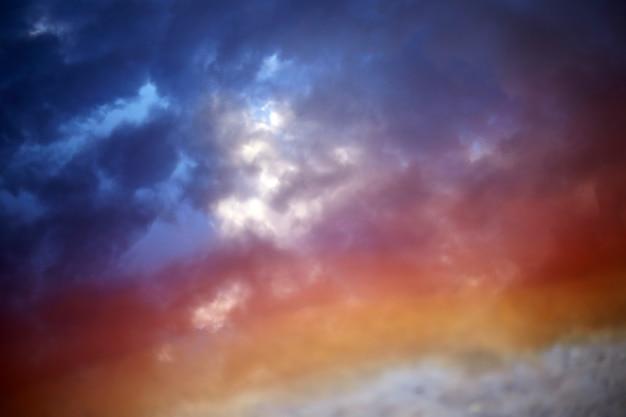 色虹空、青い雲。夕焼け空