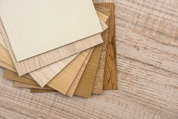 나무 책상에 디자인을위한 컬러 샘플 보드