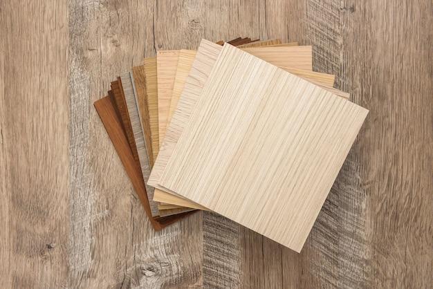 Образцы цветных досок для дизайна на деревянном столе