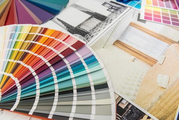 Образцы цветов и чертежи как концепция архитектуры, дизайна интерьера и ремонта. архитектор рабочего места. дом для рисования.