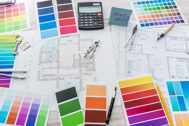 건축, 인테리어 디자인 및 혁신 개념으로 색상 샘플 및 청사진. 직장 건축가. 집 그리기.