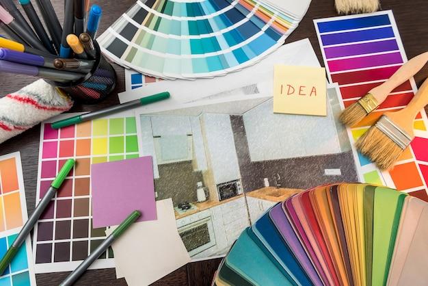 Образцы цветов и чертежи как концепция архитектуры, дизайна интерьера и ремонта