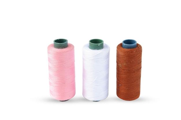 白い背景で隔離の色のミシン糸