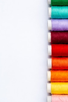 흰색 배경, 복사 공간 평면도에 컬러 바느질 스레드.