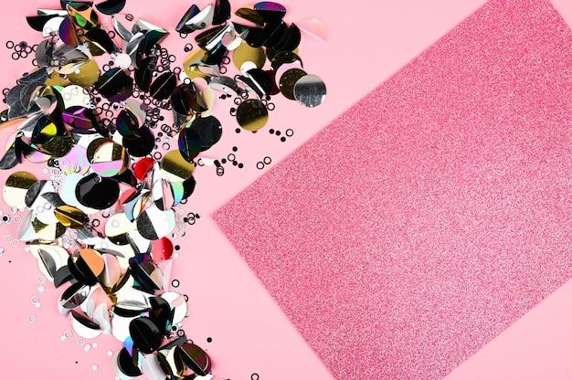 Цветные блестки и блеск на розовом фоне