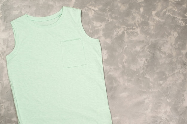 컬러 티셔츠 모형, 평면도. 콘크리트 회색 테이블, 복사 공간에 티셔츠.