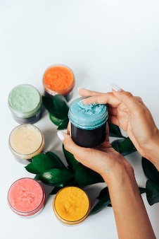 Цветные тюбики с косметическим кремом, здравоохранение