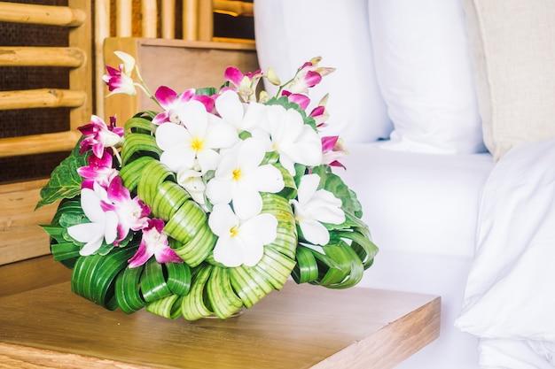 Цвет белый красочный диван фиолетовый