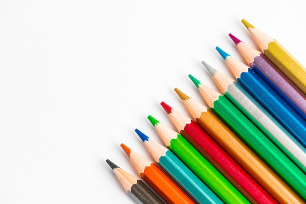 白い背景で隔離の色の木製の鉛筆描画用の色とりどりのパレット
