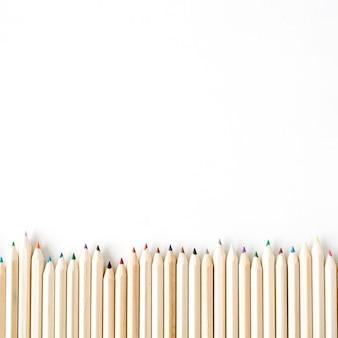 白で隔離される色の木の鉛筆