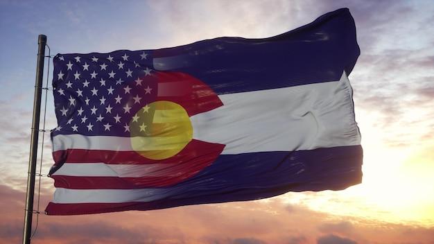 깃대에 콜로라도 및 미국 플래그입니다. 바람에 물결 치는 미국 및 콜로라도 혼합 깃발