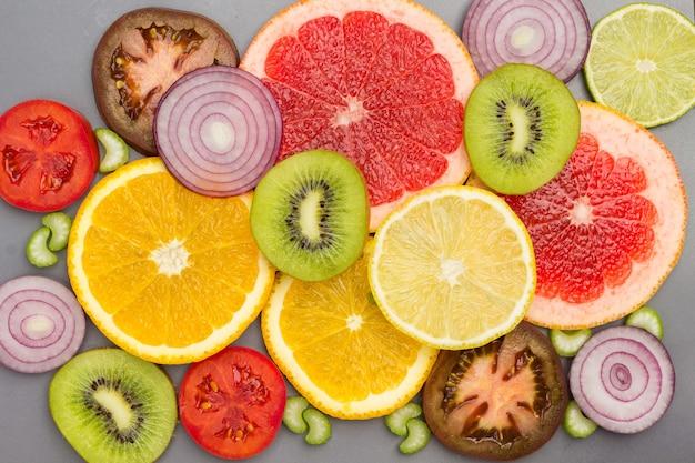 フルーツスライスの色付きの抽象的な静物。