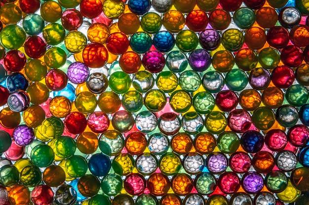セルの形をした色付きのボールが内部に照らされ、独特で魅惑的な効果をもたらします