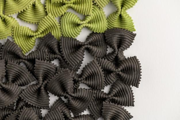 컬러 나비 넥타이 파스타. 근접 촬영 여러 farfalle 흰색 배경에 고립입니다.
