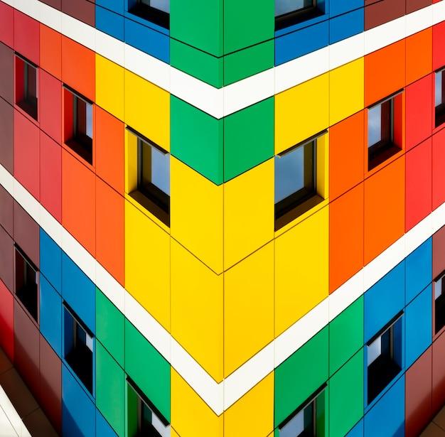 Цветное здание разноцветные фасады школы с черными оконными рамами