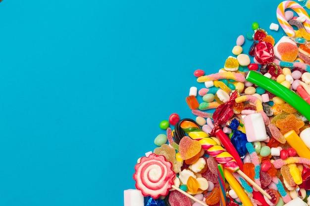 파란색 배경에 색된 사탕