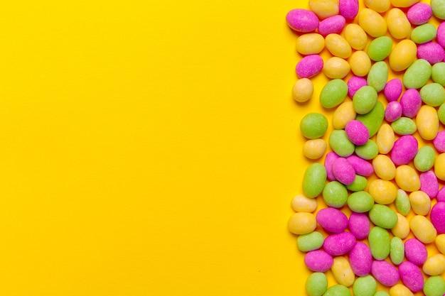 노란색 배경에 색된 사탕