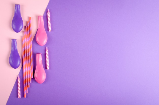 컬러 양 초 및 보라색 배경, 파티 및 축 하 장식에 공기 풍선 구성.