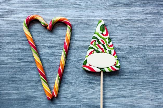 파란색 배경에 색된 사탕 막대 사탕 새해 과자 크리스마스 사탕 지팡이
