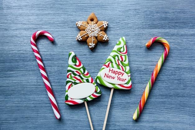 파란색 배경 크리스마스 트리 눈사람에 색된 사탕 막대 사탕 새해 과자
